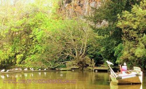 منظره زیبای دریاچه پارک بوت-شومون که گویی در قلب طبیعت واقع شده است در منطقه ۱۹ شهر پاریس
